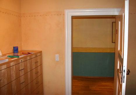 Wandbemalung Raum mit Ornamenten und Blick durch geöffnete Tür in anderen Raum mit bemalter Wand