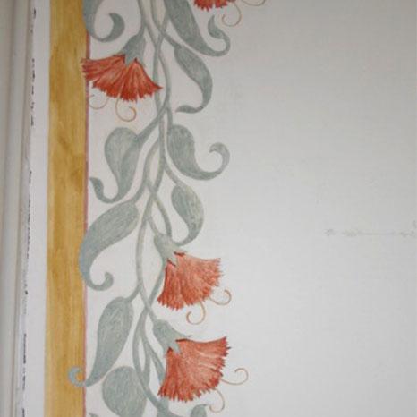 gemalte Ornamente an Wand